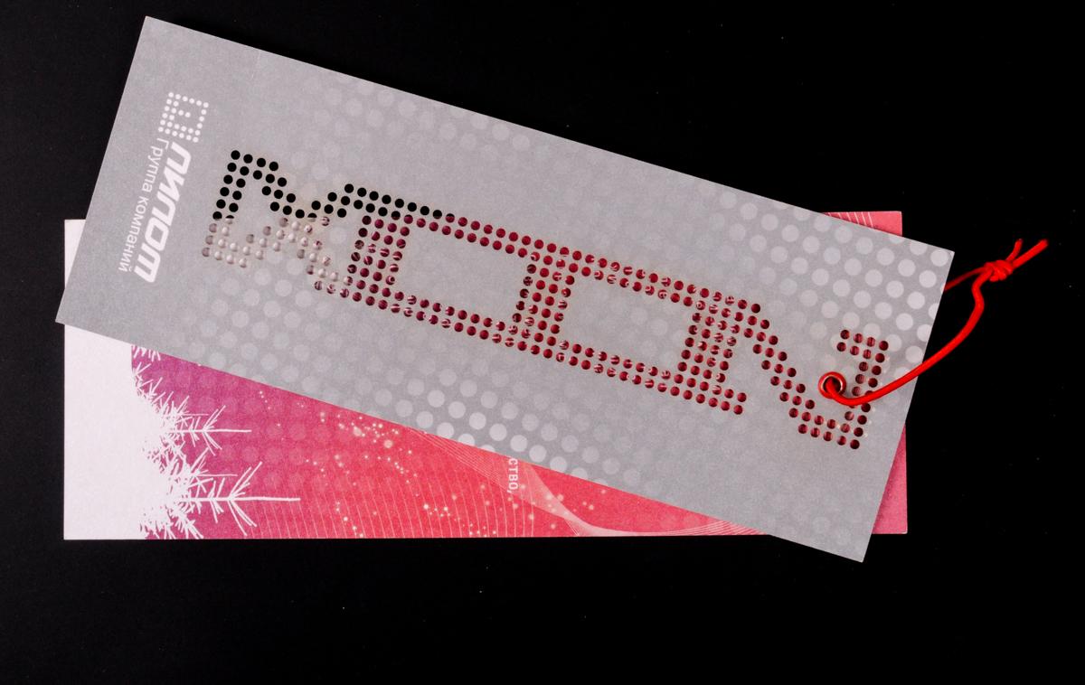 Новогодняя корпоративная открытка формата 80х210 мм. Печать офсетная, фолиевая 4+4, бумага дизайнеская перламутровая, вырубка перфорации, красные пикколо, красная тесьма.