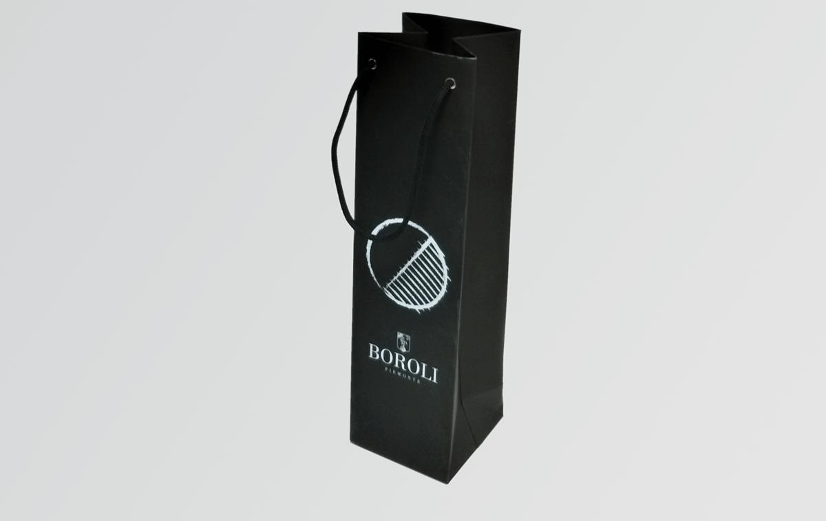 Пакет для бутылки изготовлен из перелетного материала