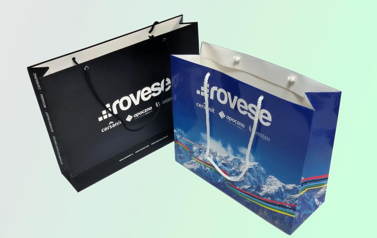 Горизонтальные пакеты А4+ изготовлены из одностороннего картона 250 гр.м2 с  глянцевой ламинацией, печать офсетная, красочность 4+0, укрепленное дно, люверсы, веревочные ручки.