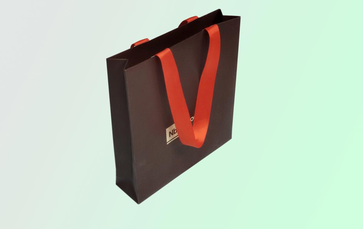 Пакет формата А5+ изпользуется банком для выдачи вэлком пэка. Печать офсетная, красочность 4+0, матовая ламинация, ленточные ручки скрытого креления.