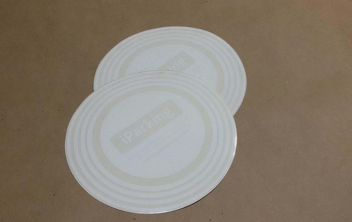 Рекламные стикеры для размещения на прозрачных поверхностях отпечатаны УФ-трафаретным способом на прозрачном Оракале с постоянным клеем, красочность 1+0,